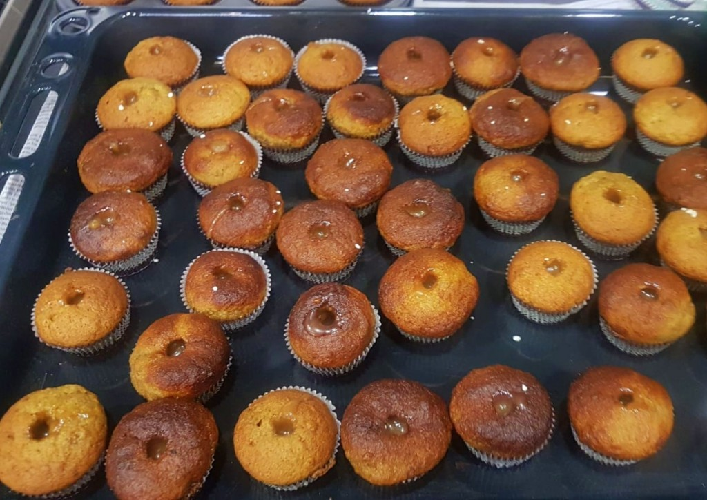 Muffins with banana caramel filling